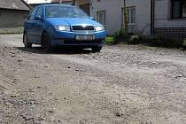 Těžká stavební auta velmi poškodila například cestu v hulínské místní části Chrášťany.
