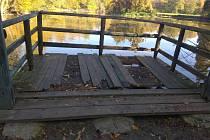 Molo a lavička u Divokého rybníku.