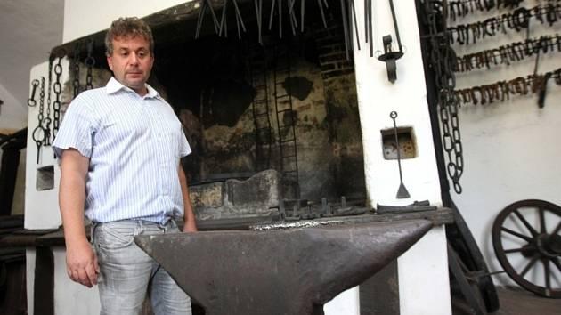 """Otevření """"Malého muzea kovářství """" v Holešově. Na snímku Pavel Chmelík u kovářské výhně."""