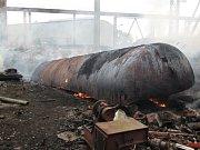 V areálu kovošrotu v Tlumačově hořela vyřazená cisterna