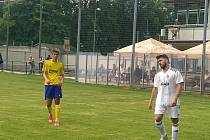 Fotbalisté Holešova (v bílých dresech) padli o jediný gól.