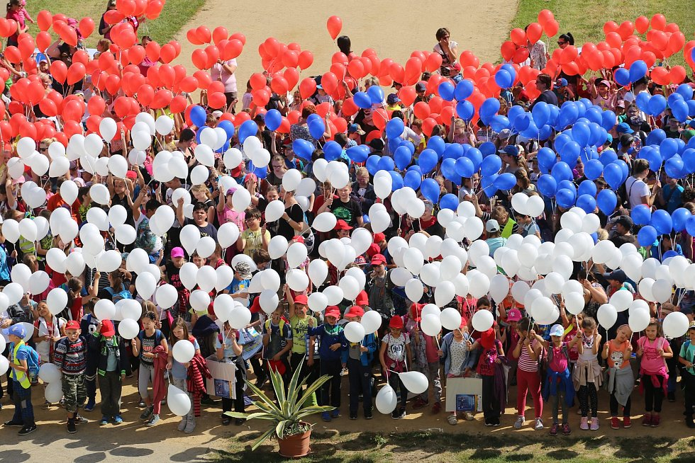 Děti  překonaly rekord ve vytvoření české vlajky pomocí nafukovacích balonků v zámecké zahradě v Holešově.