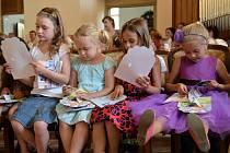 Prvňáčky z holešovské 3. základní školy městské knihovnice ve středu 14. června pasovaly do stavu čtenářského.