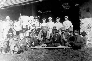 MASOPUST v 70. letech u bývalé zbrojnice u svaté Anny. Ostatkový průvod a tradiční vodění medvěda v obci nechybí ani dnes.