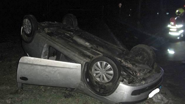 U Kvasic skončilo ráno na střeše auto i s řidičkou