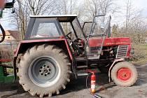 Požár traktoru zavinily myši, poškodily mu elektroinstalaci
