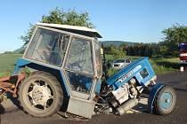 Nezvyklou nehodu řešili v neděli navečer policisté a hasiči mezi Vítonicemi a Mrlínkem. Srazilo se tam osobní auto s traktorem, který po střetu na několik desítek minut zablokoval silnici. FOTO: HZS ZK