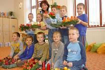 Prvňáci ze školy v Přílepích už sami dokážou nazdobit adventní věnce.