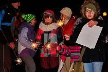 Akci Česko zpívá koledy, kterou pořádá ve městech a obcích regionální Deník, si ve středu 13. prosince užili i lidé v Jankovicích. Připomenout blížící svátky si v obci přišlo na 75 lidí.