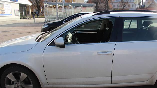 Škodu za třináct a půl tisíce korun způsobil v pátek dopoledne neznámý zloděj na parkovišti u jedné z prodejen v Bystřici pod Hostýnem.