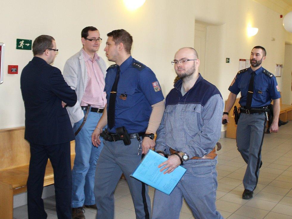 Nezvyklý případ řešil v úterý kroměřížský okresní soud: rozhodoval totiž o rodičovských právech muže, který před necelými šesti lety brutálně zavraždil svou devatenáctiletou milenku z Hulína.