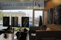 Na tradičním místě kavárny Scéna v Kroměříži vystavují svá díla umělci z Klubu moravských fotografů. Fotografie mají nejrůznější náměty. Snímky mohou zájemci vidět až do prvního prosince 2012.