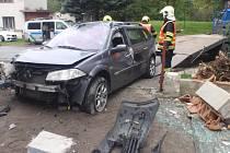 Při nehodě osobního auta v Brusném, došlo i k poškození plynové přípojky. Kvůli nebezpečí exploze hasiči evakuovali tři lidi z okolních domů.