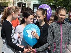 Děti ze základních a mateřských škol vypouštěly v úterý dopoledne na náměstí v Holešově balonky s přáním. Tymy Centrum tuto akci pořádá pravidelně každý rok.