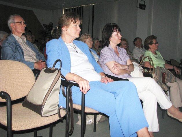 Pří příležitosti stého výročí narození spisovatele Františka Kožíka se ve čtvrtek 16. dubna 2009 v Knihovně Kroměřížska konal Vzpomínkový večer. Zúčastnila se ho i spisovatelova dcera Alena Kožíková (na snímku v modrém).