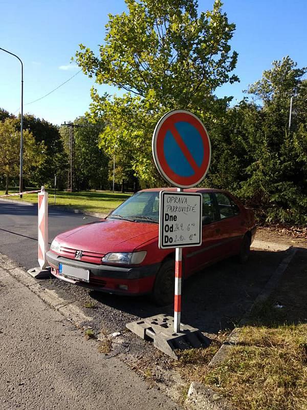 Odstavené auto v Bystřici pod Hostínem blokuje dostavbu parkoviště.