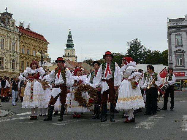V Kroměříži se o víkendu konaly již šesté krajské dožínky. Kromě krojovaného průvodu, byly přichystány i slavnosti chleba, vystava krojů a nové i historické zemědělské techniky. Město tak uctilo tradici a poděkovalo zemědělcům za jejich plodiny