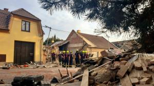 Odklízecí práce po explozi v rodinném domě v Koryčanech na Kroměřížsku