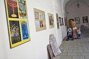 Obrázky od dětí, které na čtvrtky papírů zachytily svůj pohled na městské židovské památky, vystavují od tohoto týdne arkády zámku v Holešově. Expozice vznikla při příležitosti 18. ročníku Festivalu židovské kultury a zapojily se do ní tamní základní škol