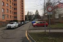 Přestože značka v kroměřížské Denkově ulici upozorňuje na zákaz vjezdu, podle dodatkové tabule se zákaz řidiče s bydlištěm v přilehlém domě netýká.