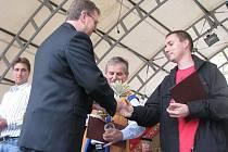 rovozovatel včelí farmy v Pravčicích Michal Říha si na zářijových krajských dožínkách převzal ocenění v soutěži regionálních výrobků Perla Zlínska.