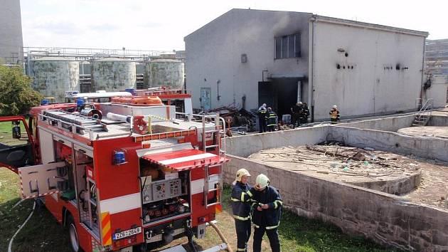 Hustý kouř z hořících odpadních látek zaplnil halu v Chropyni
