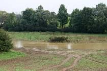 Pole před železničním přejezdem u Olšiny je v současných dnech permanentně zalito vodou. Po nedělních přívalových deštích tady voda vytvořila velkou lagunu.
