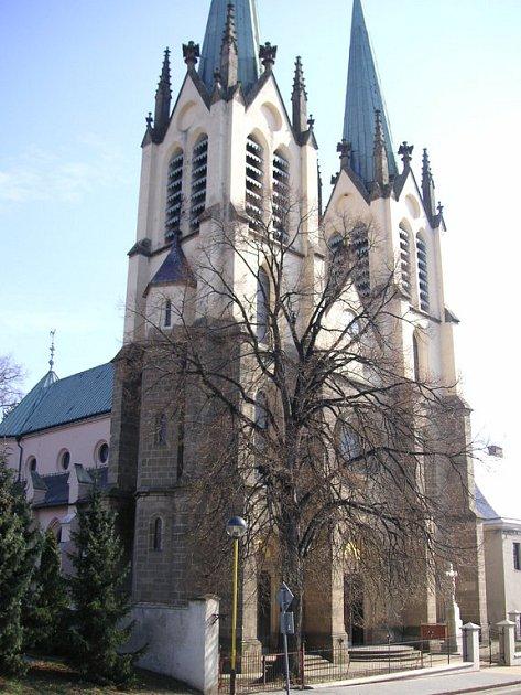 Kostel v Ratajích se rekonstruuje už čtrnáct let. Letos se dokončí vnitřní malba, pak příjdou na řadu další nutné opravy.