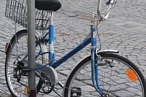 Před zloději jízdních kol se většina cyklistů brání alespoň klasickým zámkem.