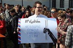 Do čtvrteční stávky studentů s názvem Vyjdi ven! se zapojili také v Kroměříži. Na nádvoří Arcibiskupského gymnázia se sešli tamní studenti se studenty Gymnázia Kroměříž, aby vyjádřili své rozhořčení nad aktuální politickou situací.