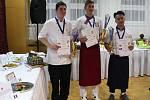 VÍTĚZNÍ KUCHAŘI. 1. místo v kategorii kuchař získal Ondřej Kubů (uprostřed), 2. místo Samuel Gažo (vlevo), 3. místo Hoang Minh Nguyen Vu (vpravo).