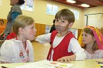 Ve Zdounkách se v neděli 27. listopadu 2011 konal Loupežnický bál. Pro děti byla připravena celá řada soutěží o sladkosti nebo také malování a diskotéka.