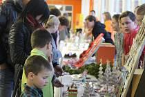 Děti z 3. Základní školy v Holešově v úterý odpoledne nabízely své ruční výrobky na tamním tradičním vánočním jarmarku.
