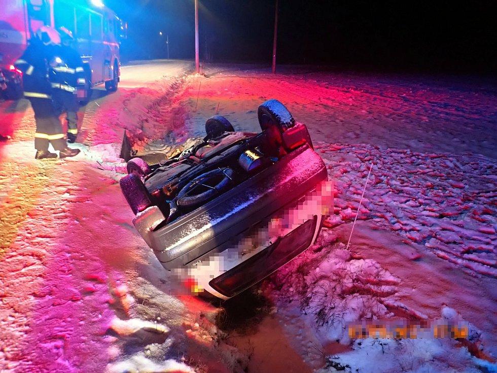 Řidička osobního vozu havarovala ve středu 13. ledna 2021 v podvečer u Bystřičky do příkopu. Auto se převrátilo na střechu, žena vyvázla nezraněná.