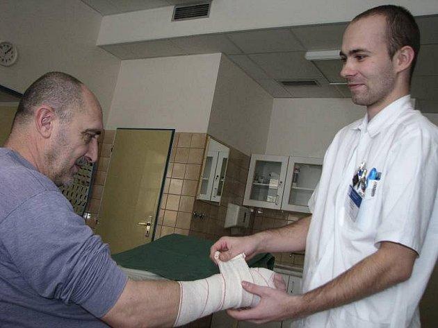 Lékaři z chirurgické ambulance kroměřížské nemocnice měli o víkendu plné ruce práce s ošetřováním zraněných.