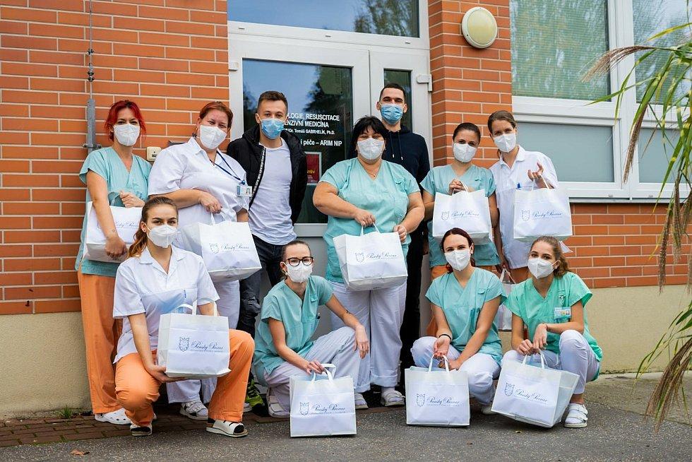 Pomoc zdravotníkům v Krajské nemocnici Tomáše Bati ve Zlíně na covidovém oddělení. Panský pivovar v Holešově jede na plné obrátky i během lockdownu.
