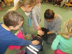 V rámci Her ve tmě si děti pod vedením mladých lektorů Katky a Michala vyzkoušely i  pomůcky, které nevidomým lidem pomáhají v každodenním životě. Zkusily si tak chůzi s bílou holí, práci s digitální lupou, zvětšování písma, nebo Braillovo písmo.