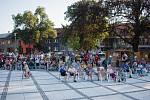 Skupina Peřeje ovládla hulínské náměstí.