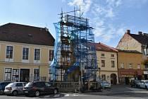 Oprava morového sloupu v Kroměříži se prodraží. Jeho stav je horší, než se očekávalo.