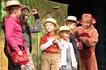 Divadelní pohádka pro děti nazvaná Opice v Africe.