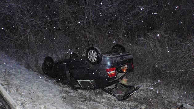 Špatná viditelnost, sníh a náledí. Ani hasičům se nevyhnuly nástrahy zimního počasí.