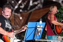 V kroměřížské místní části Těšnovice se v sobotu 17. července 2010 konala hudební akce nazvaná Kroměřížský slunovrat. Na snímku je hulínská kapela Nebo co.