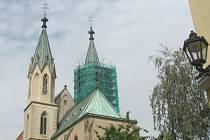 Oprava druhé věže kostela sv. Mořice v Kroměříži. Restaurátorské práce se zaměřují především na ošetření jednotlivých í rozpadlých dílů věže. První věž opravila farnost už loni.
