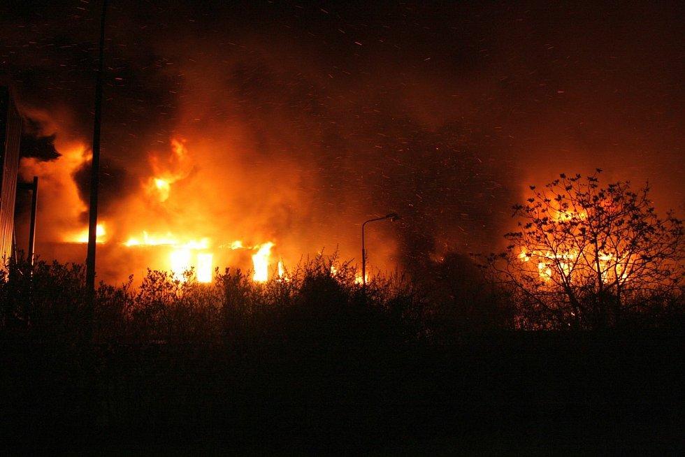 Dnes je tomu deset let od chvíle, kdy vypukl devastující požár v průmyslovém areálu v Chropyni.