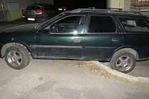 Pár minut po desáté nezvládl v sobotu 26. srpna muž v ulici U Zdravé vody v Koryčanech řízení. Při couvání narazil do zaparkovaného auta a pak sjel zadními koly na sníženou betonovou plochu za domem, kde uvízl