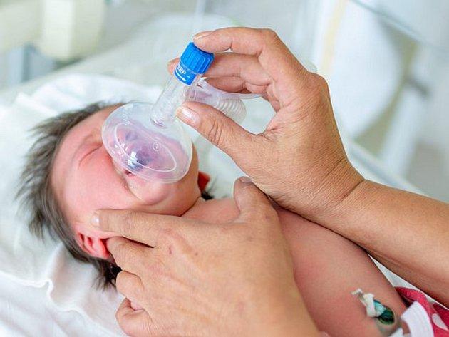 Nový resuscitační přístroj, který pomáhá zachraňovat životy nejmenších a nejzranitelnějších dětí bezprostředně po porodu, předali tento týden Kroměřížské nemocnici zástupci nadačního fondu Děti na dlani.
