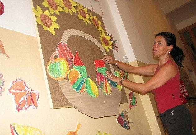 V základních školách na Kroměřížsku finišují, před 1. září zdobí kantoři učebny a chodby.