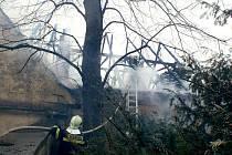 Více než deset hasičských vozů včetně výškové techniky zasahovalo v pátek o půl sedmé ráno u požáru ve Zdounkách.