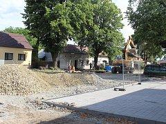 Opravy ulice 6. května v Holešově jsou v plném proudu a hned tak neskončí: pracuje na nich totiž rovnou několik firem s různými úkoly.