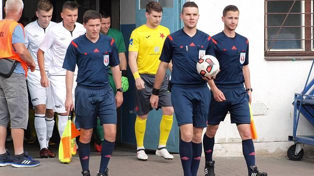 Fotbalisté Kroměříže (ve žlutých dresech) remizovali na stadionu U Červených domků s domácím Hodonínem 0:0.